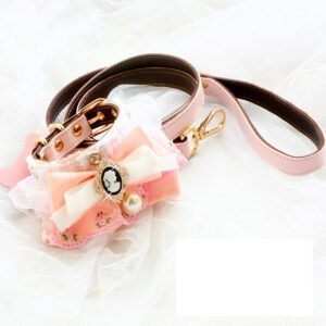 Collier rose avec broderies